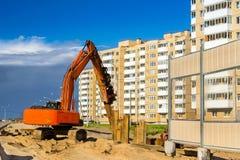 Máquina escavadora para martelar as pilhas de aço, estrada da construção foto de stock royalty free