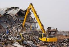 Máquina escavadora que demole a fábrica Fotografia de Stock