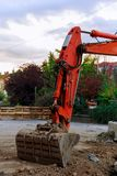 máquina escavadora que escava a estrada Fotografia de Stock Royalty Free