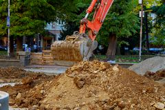 máquina escavadora que escava a estrada Foto de Stock