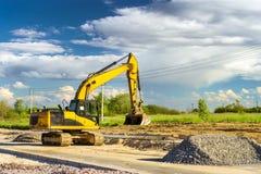 Máquina escavadora que escava na estrada de alta velocidade da construção Imagens de Stock