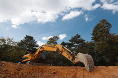 Máquina escavadora que escava no canteiro de obras Imagem de Stock Royalty Free