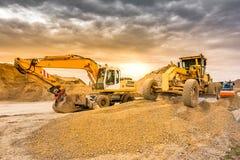 Máquina escavadora que trabalha na construção dos trabalhos de extensão do Madri - Espanha da estrada de Segovia - de Valladolid imagens de stock