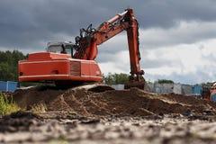 Máquina escavadora seguida Imagens de Stock