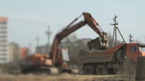 A máquina escavadora transfere arquivos pela rede uma argila em um caminhão usando uma cubeta vídeos de arquivo