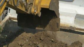 Máquina escavadora Unloads Dirt video estoque