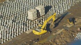 Máquina escavadora Working na planta da construção filme