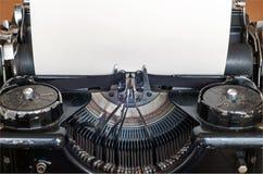 Máquina escribir vieja y hoja de papel en blanco para su texto Fotos de archivo libres de regalías