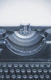Máquina escribir vieja y hoja de papel en blanco para su texto, cyano Imagenes de archivo