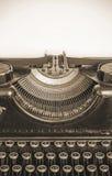 Máquina escribir vieja y hoja de papel en blanco para su texto, sepia Fotografía de archivo libre de regalías