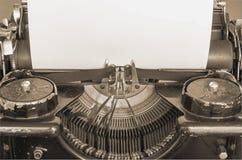 Máquina escribir vieja y hoja de papel en blanco para su texto, sepia Imagen de archivo libre de regalías