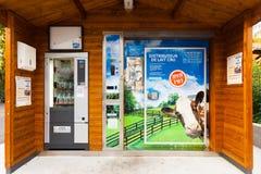Máquina expendedora automatizada Francia de la leche Foto de archivo
