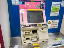 Máquina expendedora del boleto en la estación de metro de Tokio, Japón fotografía de archivo libre de regalías