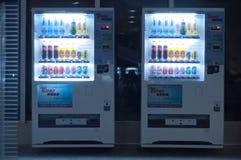 Máquina expendedora en la noche Fotos de archivo