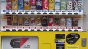 Máquina expendedora japonesa con el diferente tipo de bebidas almacen de metraje de vídeo