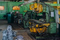Máquina ferramenta de gerencio e de furo industriais na oficina da fábrica foto de stock