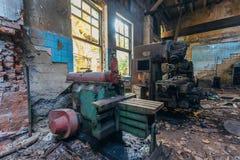 Máquina ferramenta industriais velhas na oficina Equipamento oxidado do metal na fábrica abandonada imagem de stock