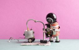 Máquina futurista del aspirador del robot Alfombra robótica de la limpieza del juguete del Cyborg, piso rosado del gris de la par Imagen de archivo libre de regalías