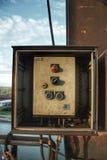 Máquina industrial abandonada en el tejado fotos de archivo
