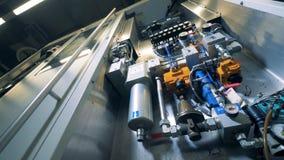 Máquina industrial da fabricação de cerveja em uma vista interna filme