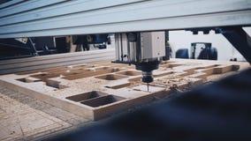 Máquina industrial del corte de madera en el trabajo metrajes