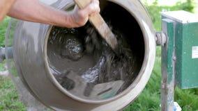 Máquina industrial del mezclador de cemento en el emplazamiento de la obra Colada concreta Mezcla la arena, la grava y el agua Pr almacen de video