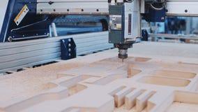 Máquina industrial do corte da madeira no trabalho filme