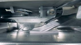 A máquina industrial está emitindo o papel impresso video estoque