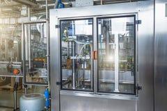 Máquina industrial para empacotar de garrafas plásticas da bebida na planta para a produção de bebidas, de sucos e de água potáve fotografia de stock royalty free