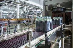 Máquina industrial para empacotar de garrafas plásticas da bebida na planta para a produção de bebidas, de sucos e de água potáve imagem de stock royalty free