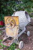 Máquina industrial vieja del mezclador de cemento del abandono Imagen de archivo