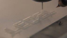 A máquina-instrumento do close up com a agulha quente fina faz o logotipo do ledel video estoque