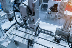 máquina-instrumento robótico da mão na fábrica industrial foto de stock royalty free