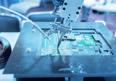 máquina-instrumento robótico da mão na fábrica industrial imagens de stock royalty free