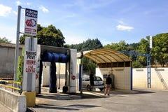 Máquina limpa de Washington do carro, lavagem de carro com esponja e mangueira Fotos de Stock