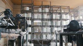A máquina mói o vidro para as hastes do reforço da fibra de vidro da produção vídeos de arquivo