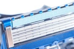 Máquina masculina para afeitar con cinco cuchillas y una tira de lubricante Primer, fotograf?a macra En un fondo blanco, aislante foto de archivo libre de regalías