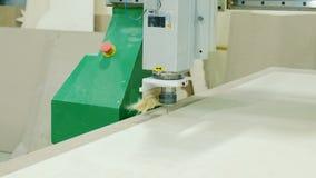 Máquina moderna com CNC, máquina-instrumento do woodworking de trituração do torno do woodworking com CNC, produção da mobília vídeos de arquivo