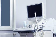 Máquina moderna del ultrasonido en oficina diagnostic foto de archivo libre de regalías