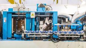 Máquina moldando do sopro na fábrica imagem de stock