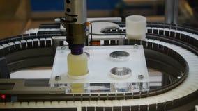 A máquina move automaticamente bolhas líquidas na fita da produção video estoque