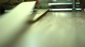 A máquina na colagem de uma película protetora de um soco Um fim acima nos rolos de aceitação da máquina filme
