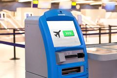 A máquina no aeroporto para verifica dentro foto de stock