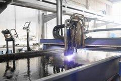 Máquina para el metal del corte del laser en agua fotografía de archivo