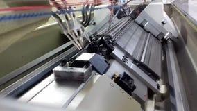 Máquina para hacer punto moderna, proceso que hace punto de la tela dentro de la máquina almacen de metraje de vídeo