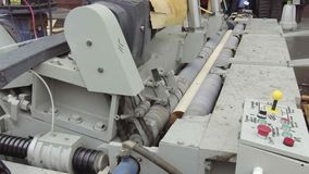 Máquina para la producción de hojas de chapa, en el proceso El registro giratorio se corta en las hojas finas almacen de video