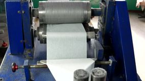 Máquina para la producción de servilletas almacen de metraje de vídeo