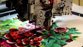 Máquina para los modelos de la materia textil del bordado almacen de metraje de vídeo