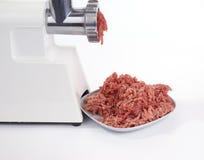 Máquina para picar carne en la acción Imagenes de archivo