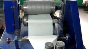 Máquina para a produção de guardanapo vídeos de arquivo